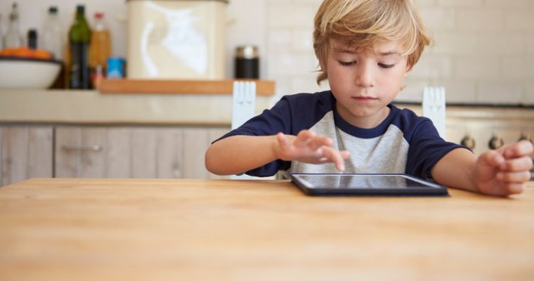 Tablet, videogiochi e TV: come influenzano lo sviluppo del bambino