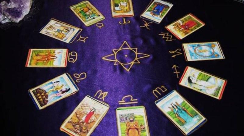 Cartomanzia 2.0: come cambia la divinazione nell'epoca di Internet e dei social network